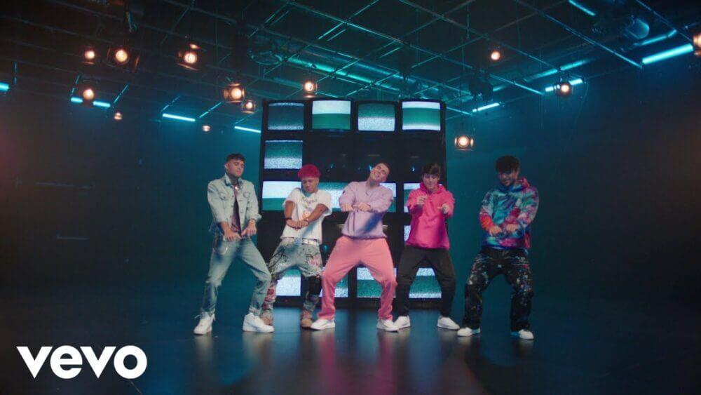 """CNCO estrena el video musical de su más reciente éxito """"BESO"""""""